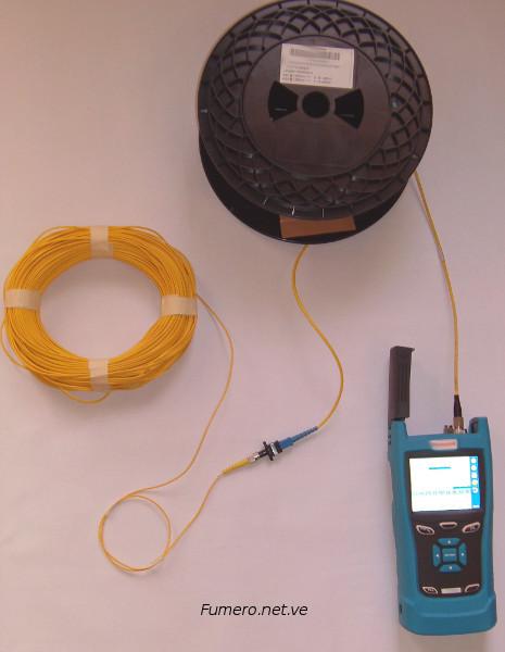 Medición con OTDR en Tiempo Real, doblando manteniendo su Radio de Curvatura el Hilo de Fibra Óptica.