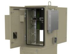 Armario activo con equipos alimentados y cables de fibra